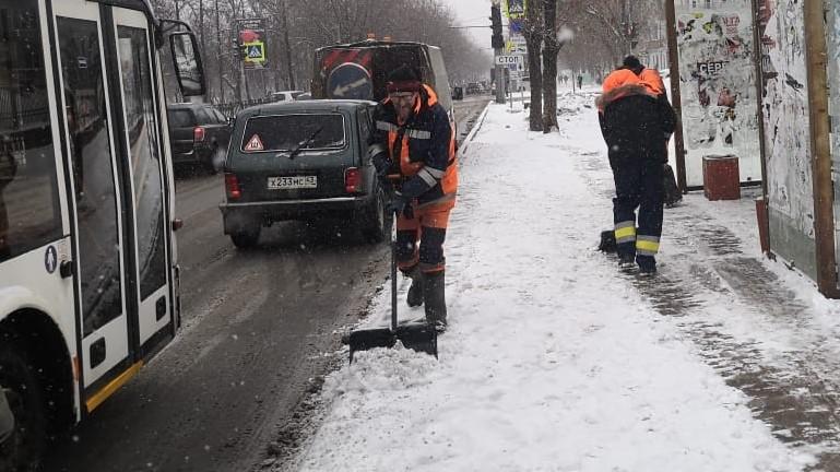 Во время метели на дороги и тротуары в Кирове вывели технику с отвалами и щетками. Как добавили в учреждении добавили, во вторник семнадцатого марта утром дорожники увеличили число техники до 60 единиц.