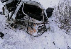 В Кирове грузовой поезд снёс на перезде легковой автомобиль