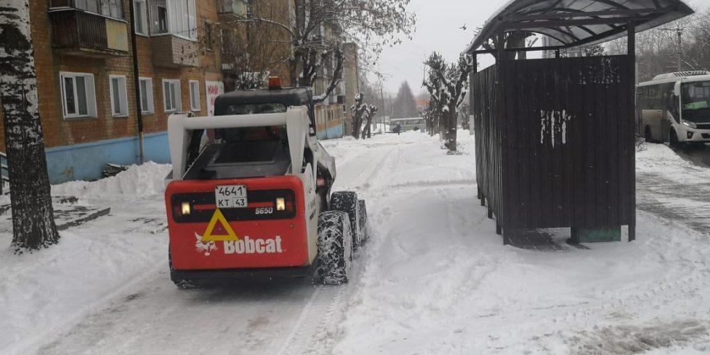 В Кирове устраняют последствия двойного снегопада