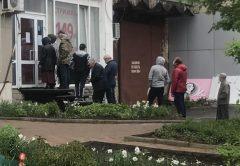 В кирове люди выстроились о очередь, чтобы подстричься