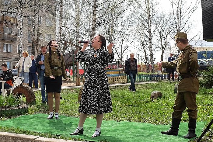 Для старшины Советской армии Виктора Симонова прошёл концерт под окном дома