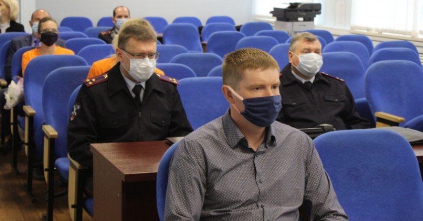 В Кирове полицейские и общественники отметили заслуги волонтеров, принимавших участие в поисках ребенка в Лебяжском районе