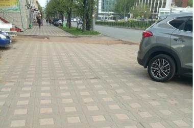 """В комментариях подписчики паблика отметили, что парковаться на данном участке - это многолетняя привычка местных водителей. Сейчас исправить ситуацию может только """"звонок в дежурную часть ДПС, эвакуатор""""."""