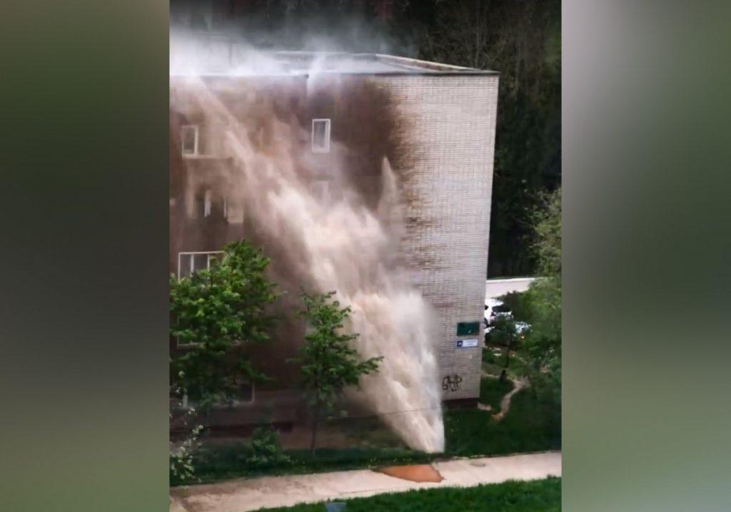 В Кирово-Чепецке фонтан воды обрушился на пятиэтажный дом