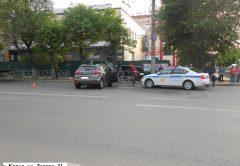 После столкновения вторую машину откинуло на дорожное ограждение и 18-летнего пешехода. Парня экстренно госпитализировали. По словам очевидцев, он получил травму ноги.
