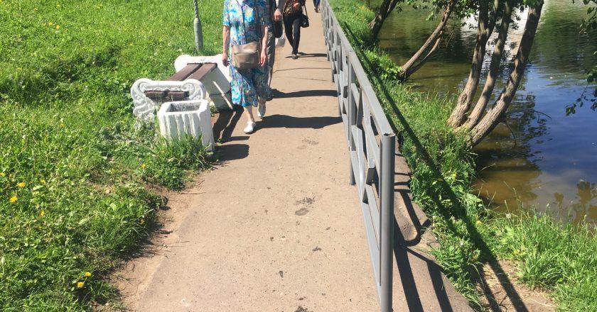 Пруд в парке имени Кирова оградили серым забором