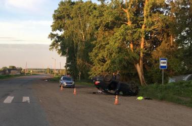 В Котельничском районе иномарка снесла остановку и опрокинулась