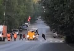 «Дело настоящих джедаев»: В центре Кирова дорожники и прохожие устроили бой на лопатах