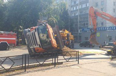 В Кирове грузовик провалился под асфальт