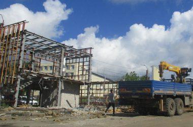 На улице Луганской сносят самовольные постройки