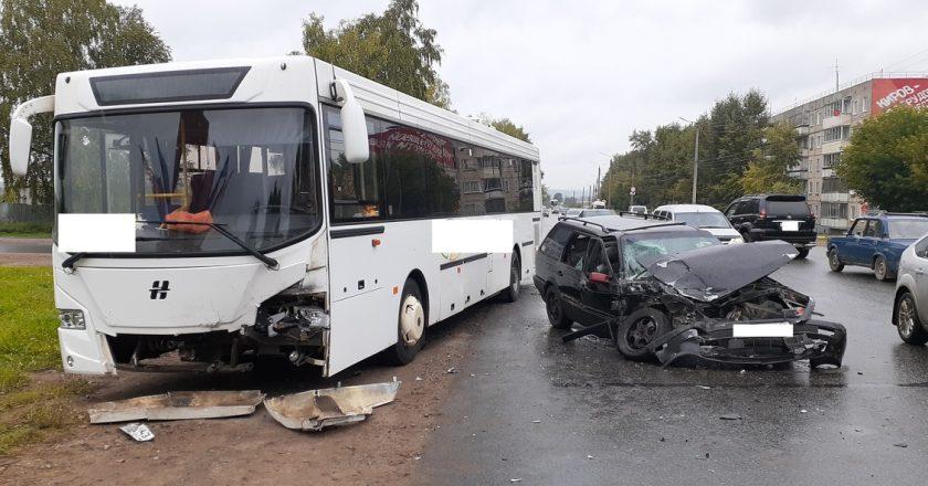 В Нововятске в ДТП с автобусом пострадали два человека