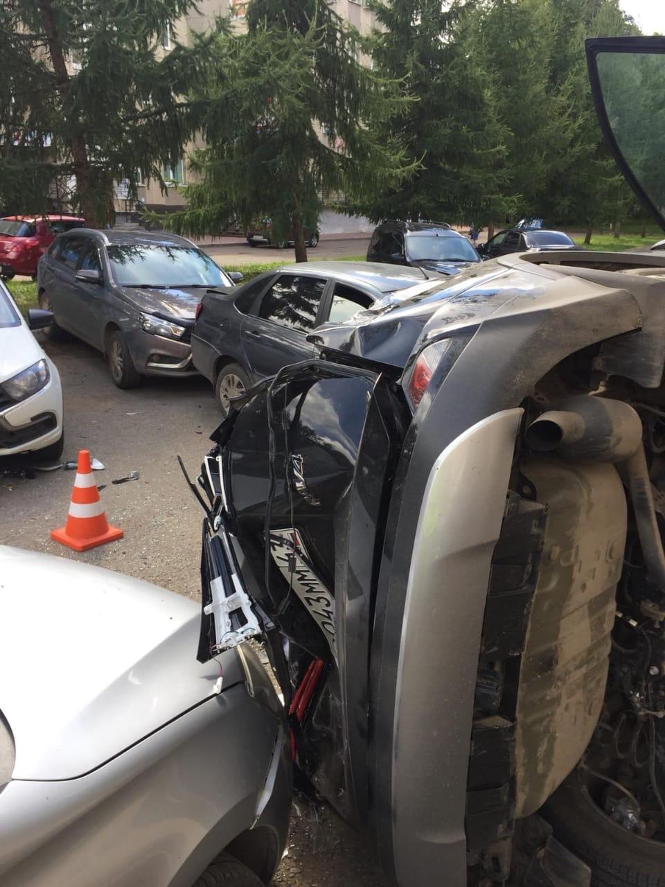 """По предварительным данным, виновницей ДТП стала48-летняя женщина на «Тойоте Раф 4». Водитель врезалась сразу в пять машин - в две """"Гранты"""", """"Шевроле Трекер"""", """"Весту"""" и """"Хендай Гетс""""."""
