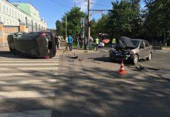 Авария на перекрестке улиц Молодая Гвардия и Октябрьский проспект: помяты 2 автомобиля