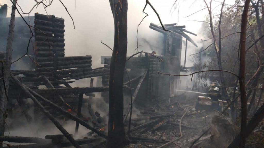 Напомним, за зданием городской администрациипо улице Орловская, 48/1 загорелся жилой многоквартирный дом под расселение. По информации пожарных, сгорела крыша здания и межэтажные перекрытия. Были эвакуированы четыре человека. Они не пострадали.