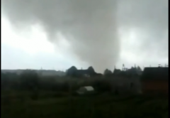 Уничтожевший постройки смерч сняли на видео