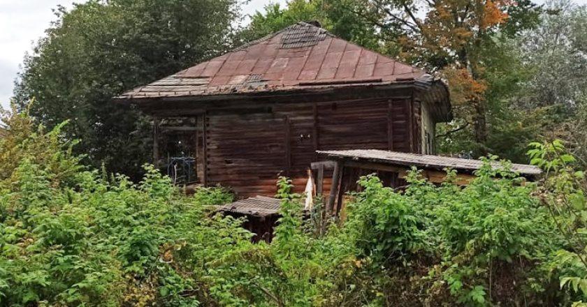 Фасад разваливающегося деревянного дома стали ремонтировать, выбрасывая на ветер деньги из фонда капремонта