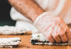 суши роллы повар
