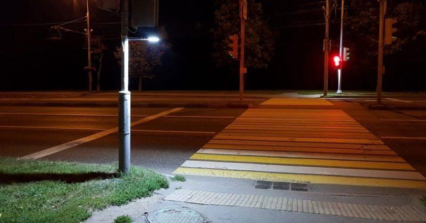 В Кирове сотрудники Госавтоинспекции проверяют освещенность пешеходных переходов.