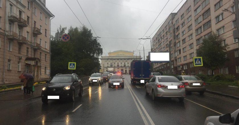 В Кирове иномарка сбила трех пешеходов на улице Карла Маркса