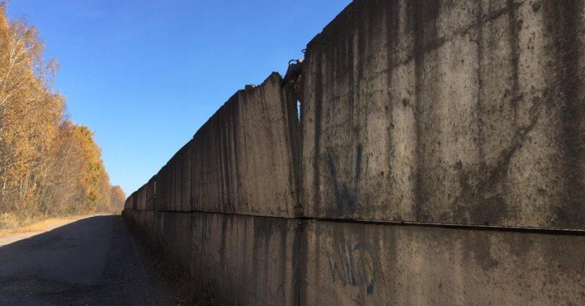 Дорога, соединяющая микрорайон Лянгасово с деревнями Шалаевы и Боровики, уже много лет находится в разбитом состоянии. Самый опасный ее участок местные жители называют «курской дугой», потому что он огибает железнодорожный тупик, огороженный бетонным забором.