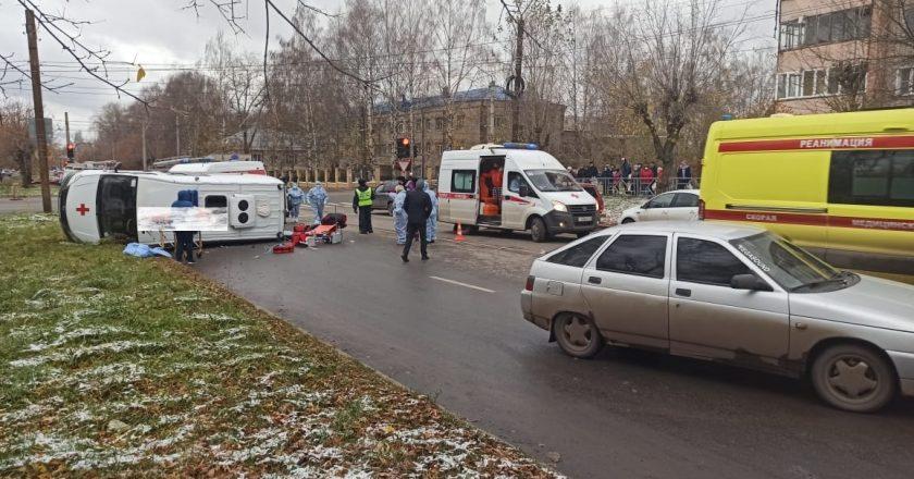 ДТП произошло в 13 часов 30 минут в Кирове на перекрестке улиц Калинина и Попова. Столкнулись автомобили «Газель» (скорая помощь) и ВАЗ – 2112. После удара автомобиль «скорой помощи» опрокинулся.