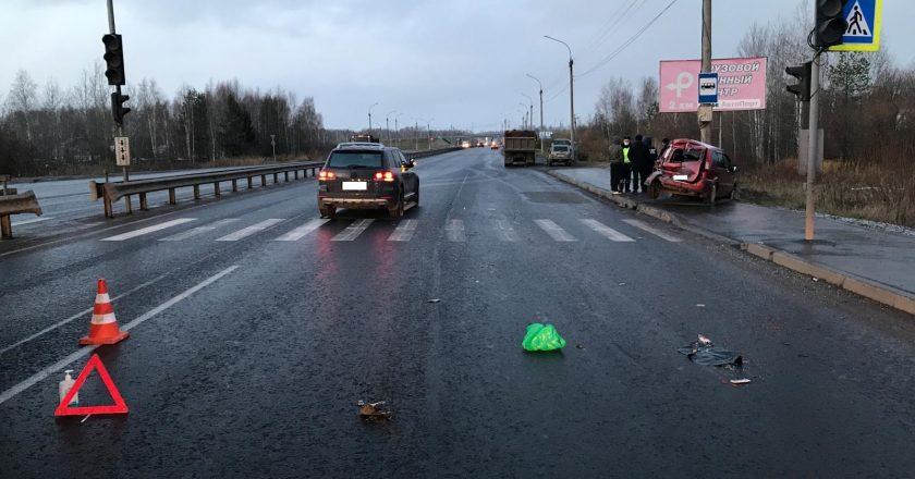 В Кирове камаз врезался в два легковых автомобиля