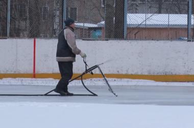 В Кирове начали заливать каток у школы №60