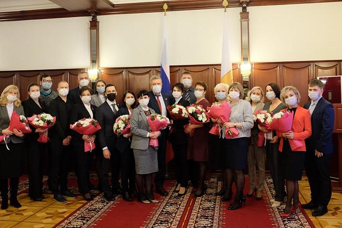 Работникам здравоохранения Кировской области вручили государственные награды за вклад в борьбу с COVID-19