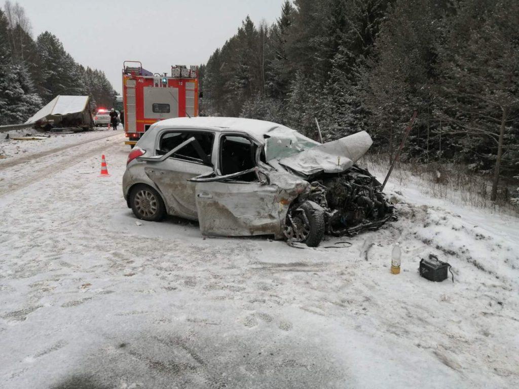 В Кировской области сегодня днём, 25 декабря, произошла серьёзная авария, в которой пострадали шесть человек. ДТП случилосьв 12 часов 30 минут на 408 километре федеральной автодороги «Вятка» в Юрьянском районе. На трассе столкнулись автомобили «Мерседес Бенц» и «Хендай».