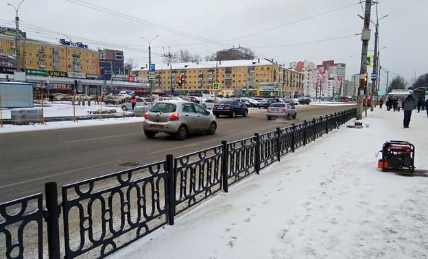 В Кирове возле железнодорожного вокзала установлен чугунный забор