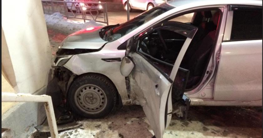 В Кирове вчера, 30 декабря в ДТП пострадали шесть человек. Среди них девушка-водитель автомобиля «Киа Рио». Как сообщили в ГИБДД, авария произошлав 5 часов 19 минут на улице Ленина, напротив дома №76 г.