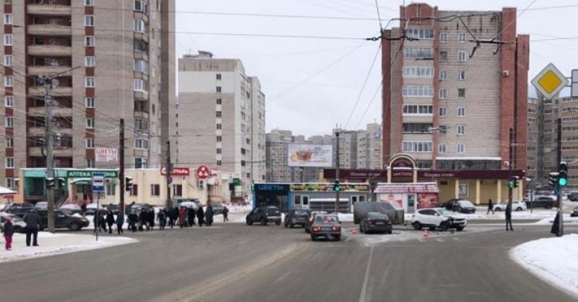 В Кирове за минувшие сутки произошло шесть дорожных аварий. В них пострадали шесть человек. В их числе двое детей. Как сообщалось ранее, на улице Производственной сбили 8-летнего мальчика.