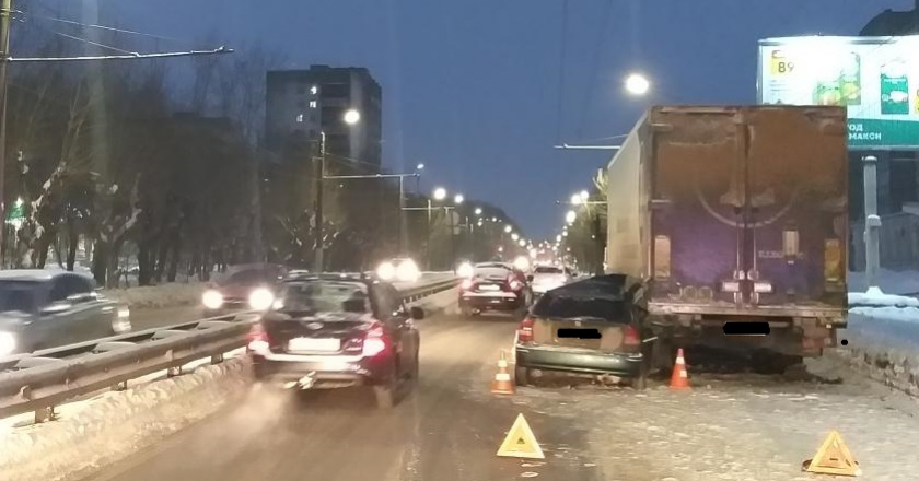 В Кирове иномарка врезалась в припаркованный грузовик