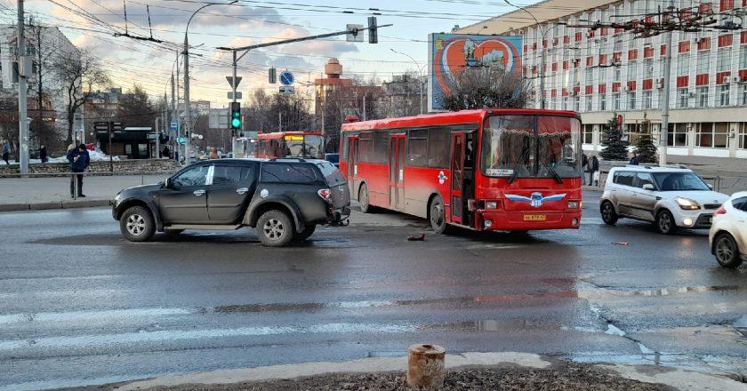 Пассажирский автобус попал в аварию в Кирове