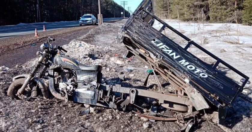 ДТП произошло в субботу, 10 апреля. Около восьми утра на 663 км федеральной автодороги «Кострома – Шарья – Киров – Пермь» столкнулись автомобиль «Митсубиси» и мотоцикл «Лифан».