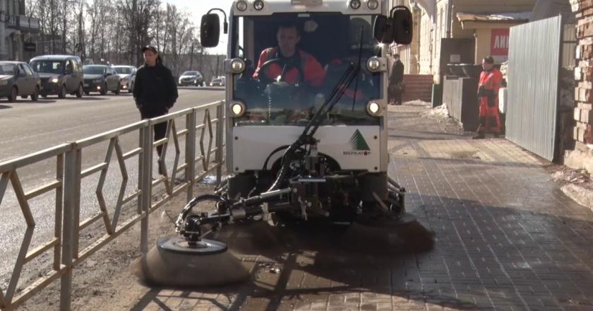 В Кирове начали пылесосить улицы